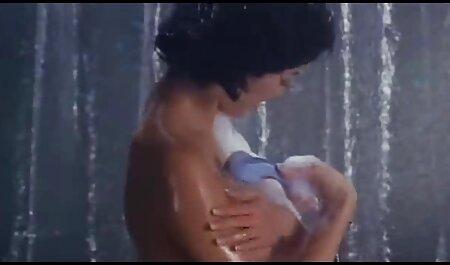 انگشت زدن یک سبزه زیبا با جوانان کوچک در اتاق عکس کیرلای کوس خواب او