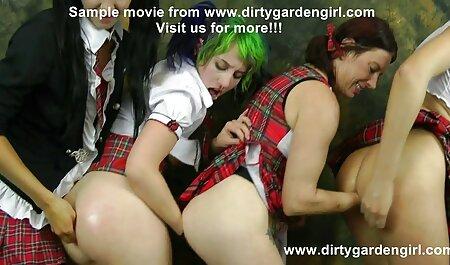 یک سبزه با جوانان بزرگ عکس سکسی خارجی انجمن لوتی پاهای زیبایی را جلوی دوربین نشان می دهد