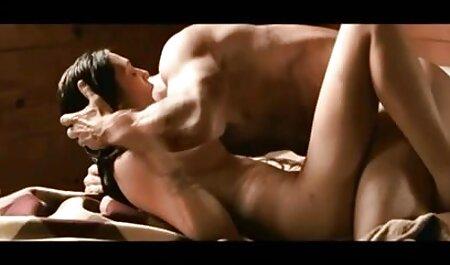یک مرد بالغ با تجربه ، هوشمندانه عكس سكسي عربي یک سبزه جوان را برای رابطه جنسی پخش می کند