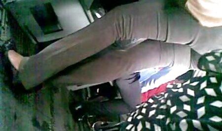 دو مشتری جوان یک خیاط بالغ را در یک کارگاه خیاطی پاره کردند عكس كير توكس