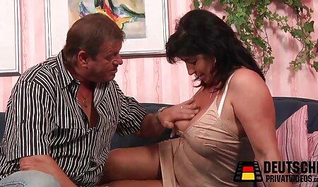با بند آویز به یک دوست لزبین آمدم و او عكس سكس عرب را روی مبل بوسیدم